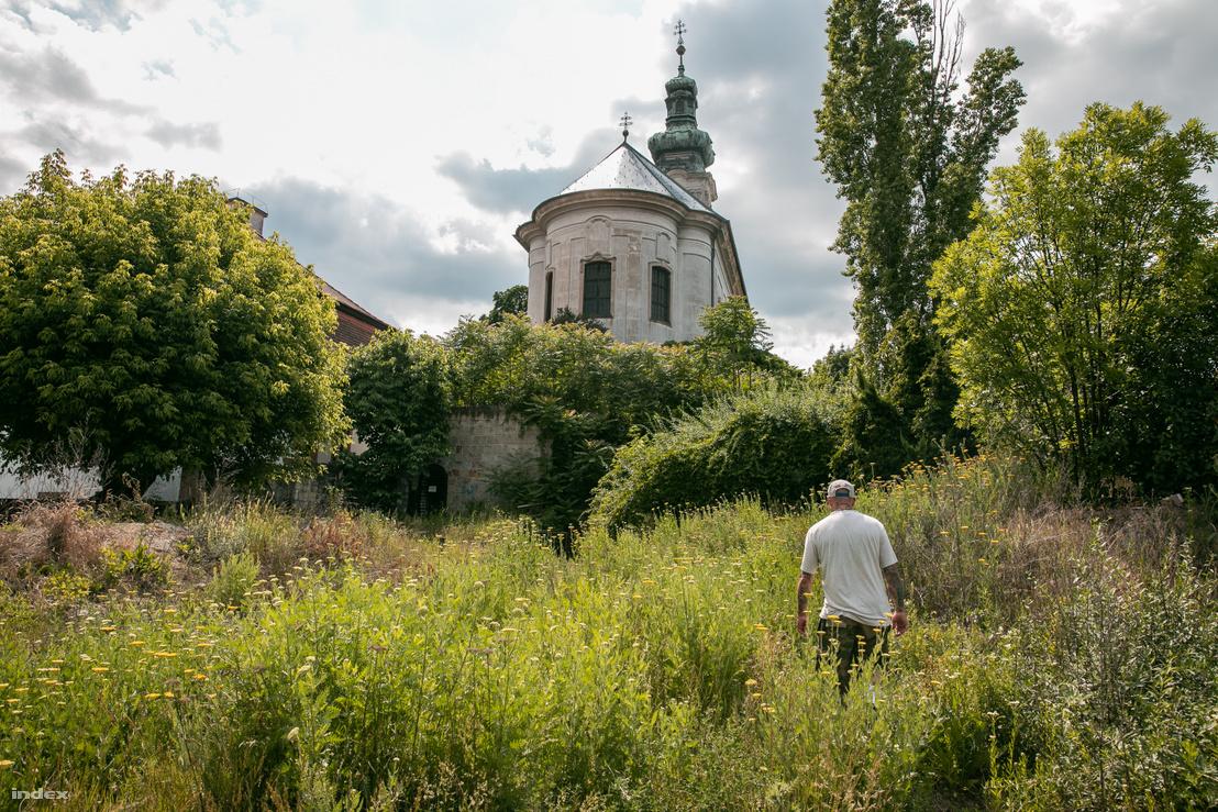 A Rác templom, alatta az egykori Más klub mostanra gazzal benőtt bejárata
