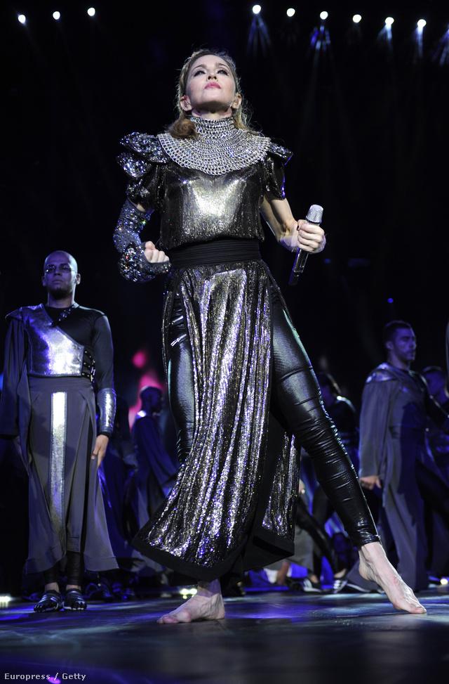 Madonna Tel Aviv-i koncertjén viselt egyszerre bőrnadrágot és hosszú szoknyát.