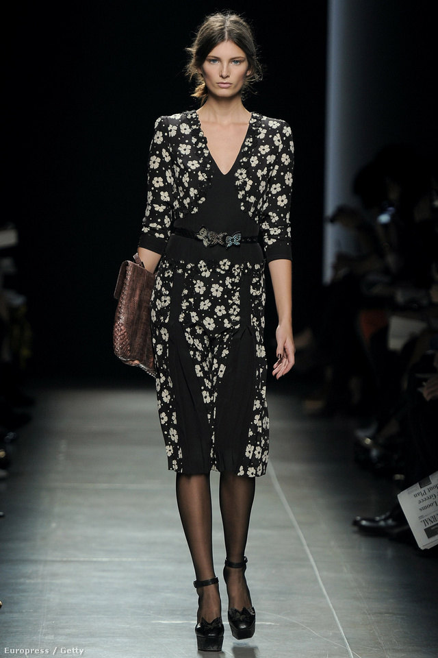 Ava Smith feketében a Bottega Veneta Shown.