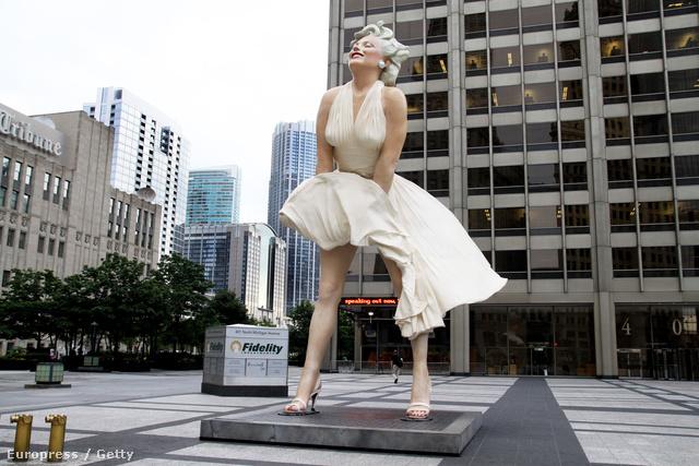 A fehér Monroe ruha szoborba öntve.
