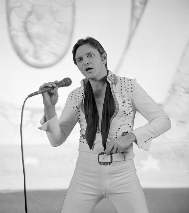 1981. március 9. Komár László rock and roll énekes első nagylemezének, a Pepitának a felvételén énekel. A lemez tizennégy énekszámot tartalmaz, melynek zeneszerzői: Presser Gábor, Szörényi Levente és Komár László. 180.000 példányt adtak el belőle, egy hónap alatt Aranylemez lett.