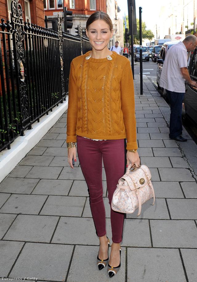 Olivia Palermo mustárszínű kötött pulóverben és bordó nadrágban.