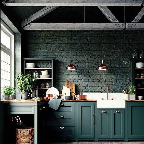 A sötétebb színek jól érvényesülnek a rusztikus stílusú konyhákban, a magas, fagerendás mennyezettel és a színre festett téglafallal. Azért itt is van egy jó nagy ablak, amin keresztül beárad a fény.