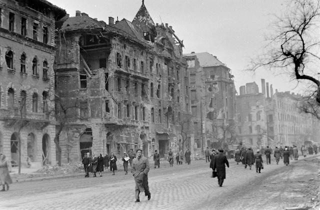 VIII. József körút az üllői úti kereszteződés felé nézve. Az 56-os forradalom alatt a leghevesebb harcok Budapest belvárosában a Nagykörút mentén voltak. Az összecsapásokban számos ház és épület rongálódott meg valamilyen mértékben.