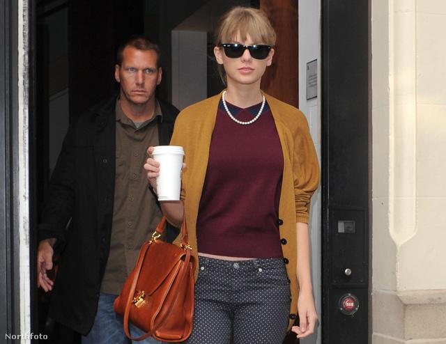 Taylor Swift Olivia Palermohoz hasonló színösszeállításban.