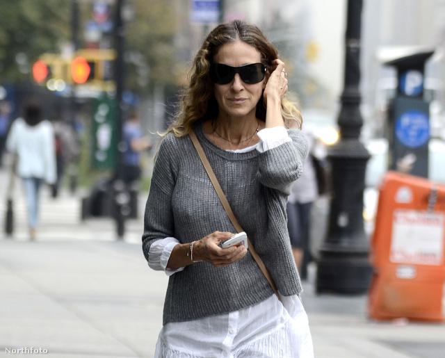 Sarah Jessica Parker ing fölé vette fel a kötött pulcsit.