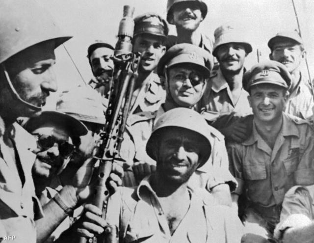 Moshe Dayan tábornok, izralei katonákkal az invázió előtt