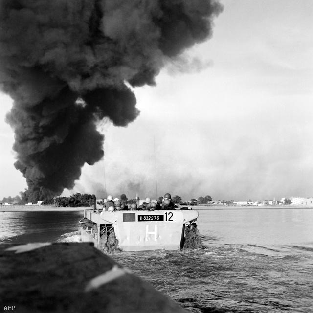 Angol-francia csapatok szállnak partra Port Szaid mellett.