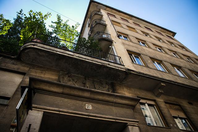 Katona József utca 2/EA csillagos házakká nyilvánított épületeket 1944 júliusában határozták meg, ahová egy-egy körzet zsidóságának kötelezően be kellet költöznie. Ezeket a házakat Dávid-csillaggal jelölték meg, és lakásaikba akár 50-60 embert is bezsúfoltak, akikre szigorú szabályok vonatkoztak: ekkora már sárga csillagot kellett viselniük, csak a megadott órákban járhattak ki, nem ülhettek le az utcai padokra, csak kijelölt villamoskocsikba szállhattak, tilos volt látogatniuk a színházakat, mozikat, uszodákat...