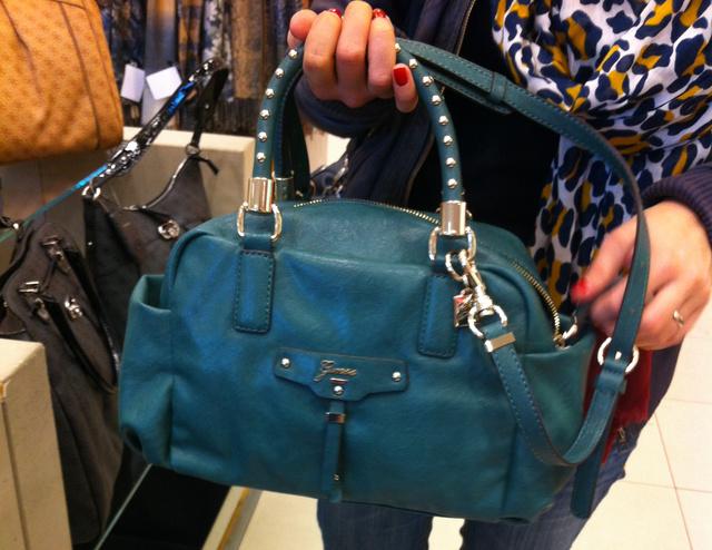 Peek & Cloppenburg: A földszint tele van táskákkal, és mindegyiknek megkérik az árát, ez például 49900 forintba kerül.