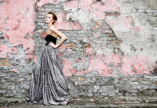 Makány Márta ezt a ruhát Facebookján posztolta: a főként esküvői ruhákban utazó tervezőnél azért találni más érdekességet is.