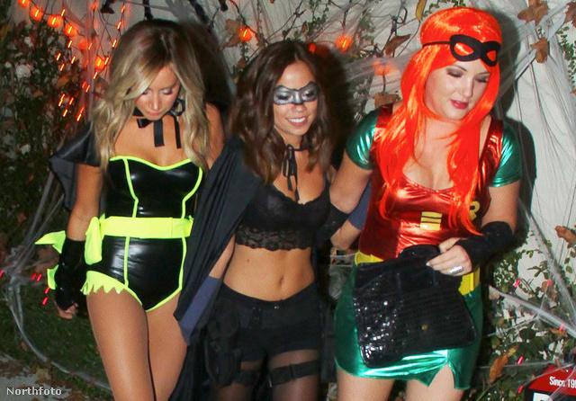 Ashley Tisdale van a bal oldalon, mellette két barátnője, akivel halloweenezni mennek