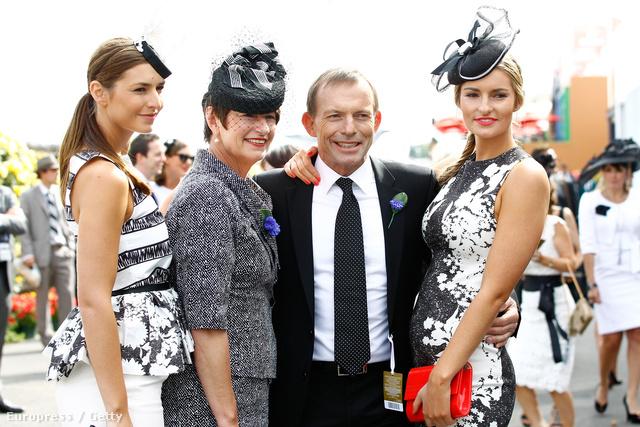 Tony Abbott  és családja kalapban