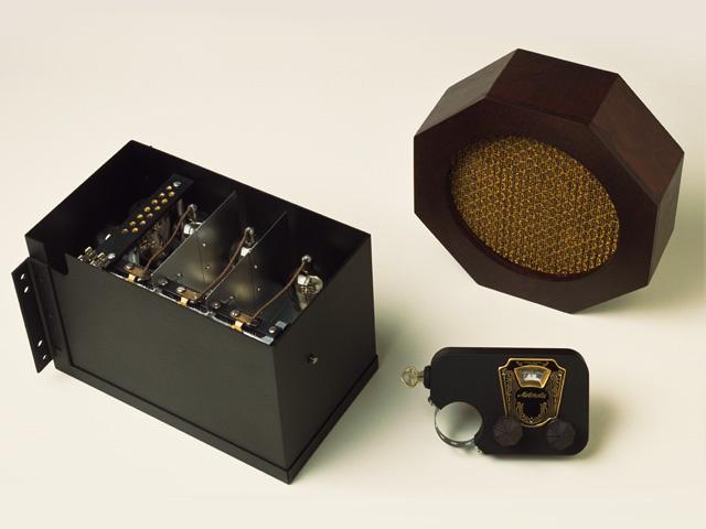 A Galvin testvérekáltal készített legelső autórádió elemei. A legkisebb, bilinccsel ellátott alkatrész a kezelőpanel, amelyet az autó kormányoszlopára rögzítettek a beépítést végző szakemberet. Ezzel a modellel debütált a Motorola márkanév