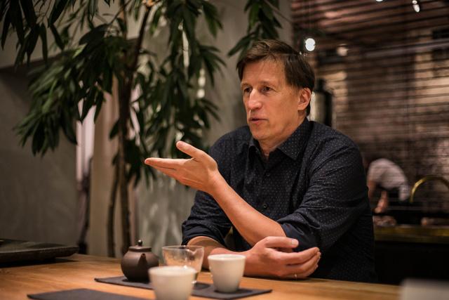 Gábor a kezdetekől fogva folyamatosan tanul a teák világáról.