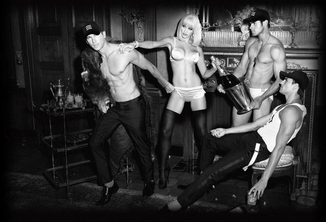 Chad White, Adam Senn, Kevin Sampaio és Melissa Bolona a Gents reklámjában