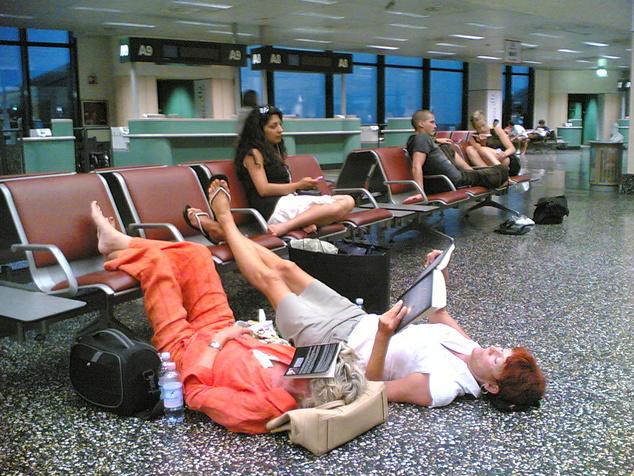 A karfával elválasztott padokkal ellátott reptereken a földön lehet csak elfeküdni