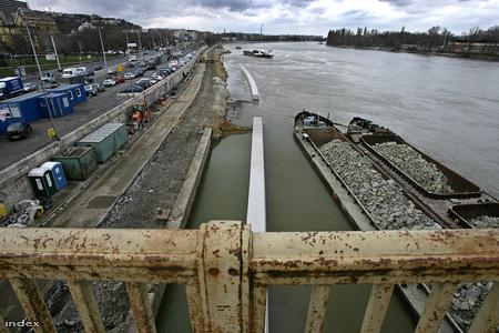 Rakpartszélesítés a Margit hídnál  Fotó: Huszti István