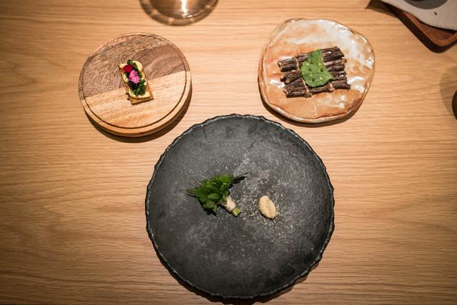 Az első három fogás: gyógynövények, élesztő, pontytej és feketeribizlifa-olaj (lent), tojáskrémes kenyér (balra fent), fogas, mályva (jobbra fent).