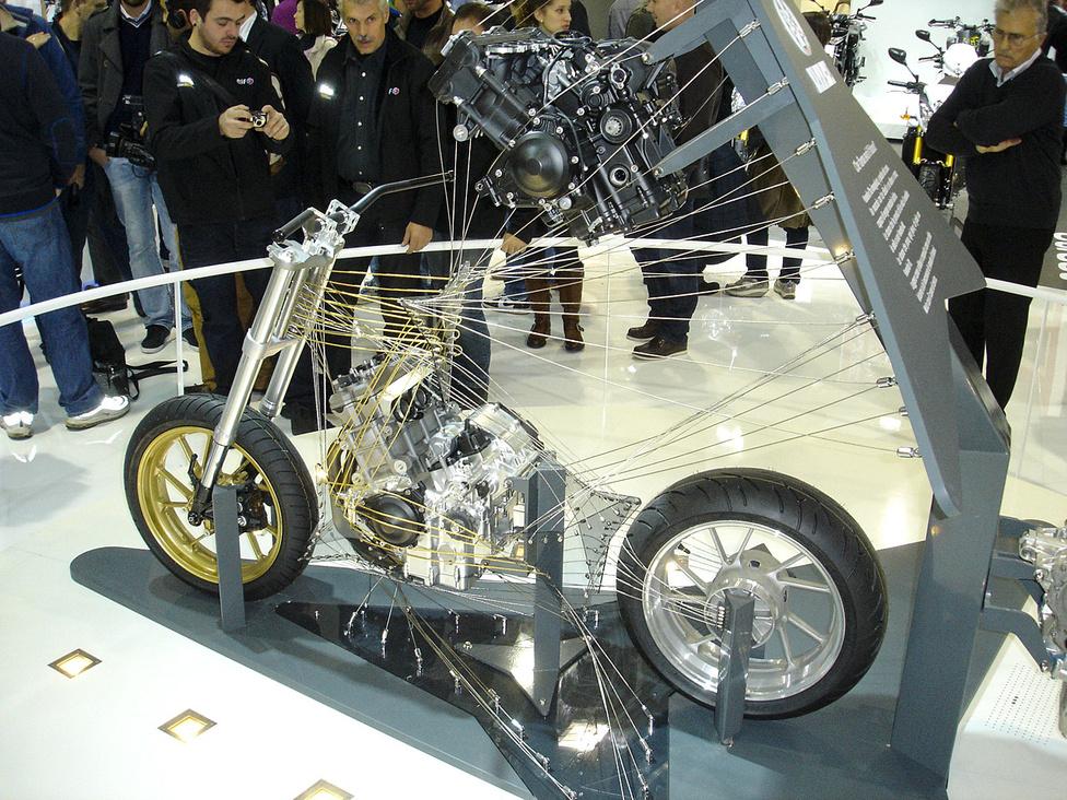 A Yamaha háromhengerese, amely a következő tíz év főbb modelljeit fogja meghatározni. Állítólag
