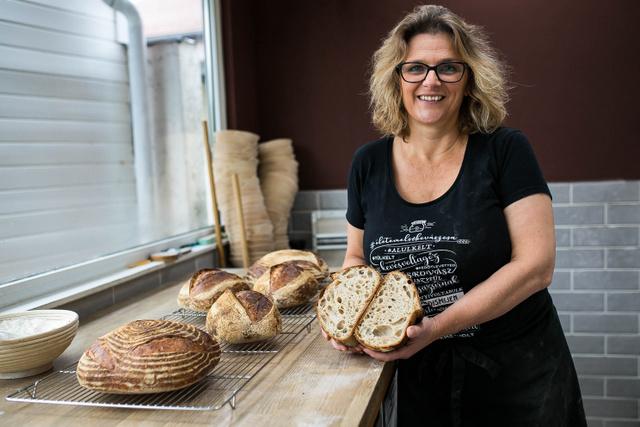 Látogatásunk végére, a kenyerek is kibújtak a kemencéből.