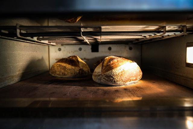 Miközben beszélgetünk, megsülnek a kenyerek a kemencében.