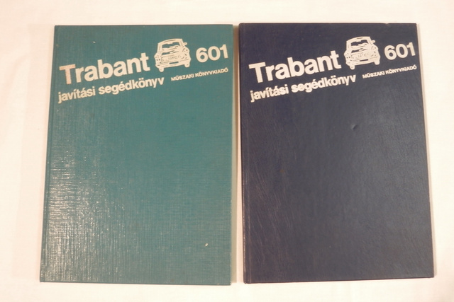 Két azonos kiadású könyv. Rejtély, hogy miért különböző árnyalatú a borítójuk