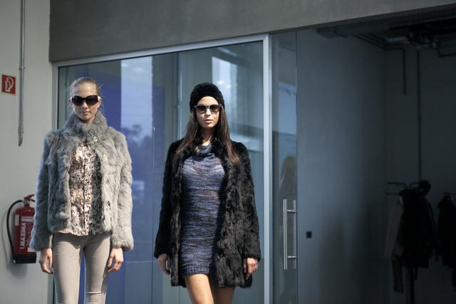 A Gas nyúlszőr kollekcióját profi modellek mutatták be a márka showroomjában.