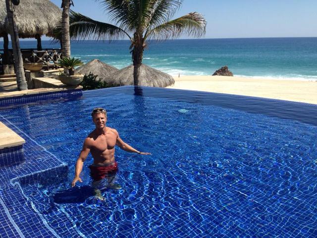 Jason Sullivan medencében