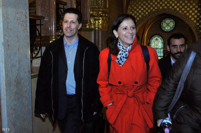 Schiffer András, Szél Bernadett és Vágó Gábor érkezik az LMP zárt frakcióülésére az Országházba