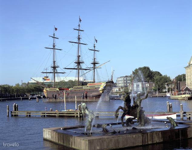 A Holland Kelet-indiai Társaság hajója a kikötőben
