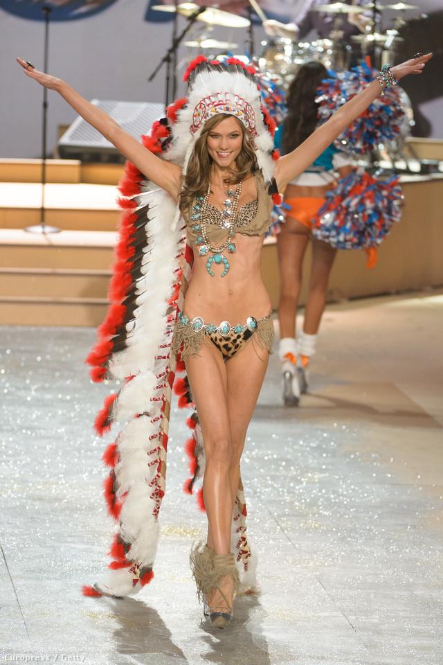 Karlie Kloss indián szerelésben a Victoria's Secret Shown