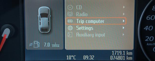 A két - kormányon lévő - kereszt-kapcsolóval tudunk navigálni a kis színes képernyő menüjében. Csak közben ne felejtsük el figyelni az utat