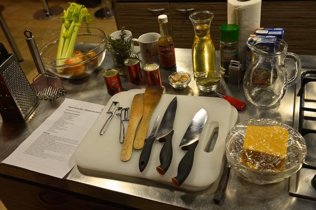 Angolt húsos pite hozzávalók: elég egy éles kés, de tényleg több fakanál fog kelleni a kevergetéshez.