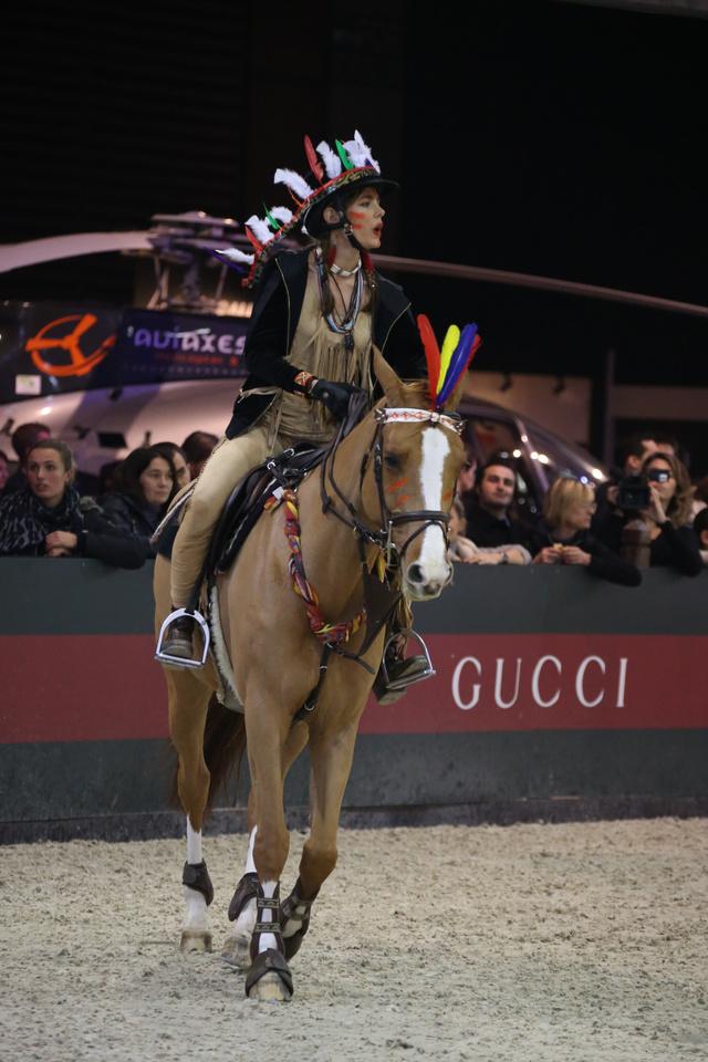 Charlotte Casiraghi indiánlányként ugratott. Még a ló is kapott sminket. Ciki?