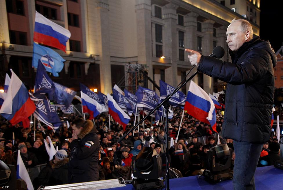 Vlagyimir Putyin könnyes szemmel tartott beszédet támogatóinak a Kreml előtti téren. Putyin megnyerte a választásokat, így harmadik ciklusát kezdhette meg idén Oroszország vezetőjeként. Annak ellenére is sikerült elérzékenyülnie, hogy győzelméhez nem fért kétség: a választás egyetlen tétje az volt, hogy az első vagy a második fordulóban arat majd győzelmet. (Március 5.)