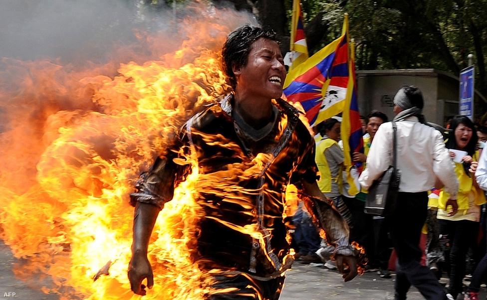 Felgyújtotta magát egy 27 éves tibeti szerzetes, tiltakozásul a kínai elnök látogatása ellen Új Delhiben. Bár a demonstrációnak ezt a formáját a Dalai Láma és a száműzött tibeti kormány is elítélik, Kína szerint ők biztatják a szerzeteseket az önégetésre. Tavaly óta 90-en gyújtották fel magukat Tibet kínai megszállása ellen tiltakozva. (Március 26.)
