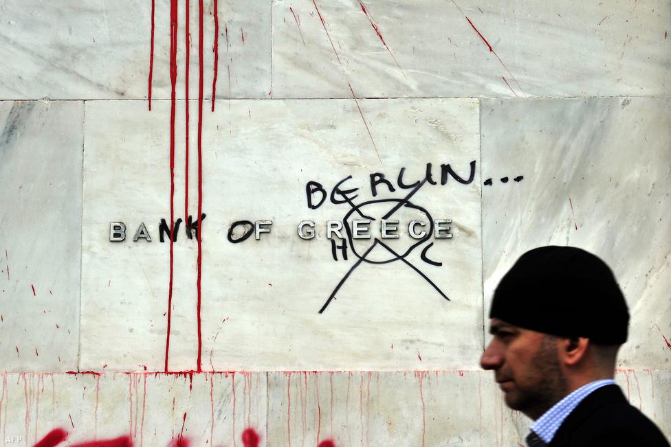 A mélyülő görög válság jelei egy athéni bank épületén. Németország idén 130 milliárd eurós mentőcsomaggal segítette ki Görögországot, a segítségért cserébe reformprogramot vártak az országtól. A tervezett intézkedések ellen az év során több demonstrációt tartottak Athénban. A hatalmas összegű kiadást a német lakosság is nehezen nyelte le. (Február 13.)