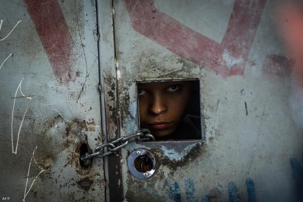 Egy brazil fiú foglalt házuk otthonában. A közelgő olimpia- és világbajnokság előtt látványos tisztogatásba kezdett a brazil rendőrség a nagyvárosok faveláiban, ahol a virágzó fegyver- és drogkereskedelem együtt él a helyi lakosok kilátástalan  szegénységével. (Február 9.)