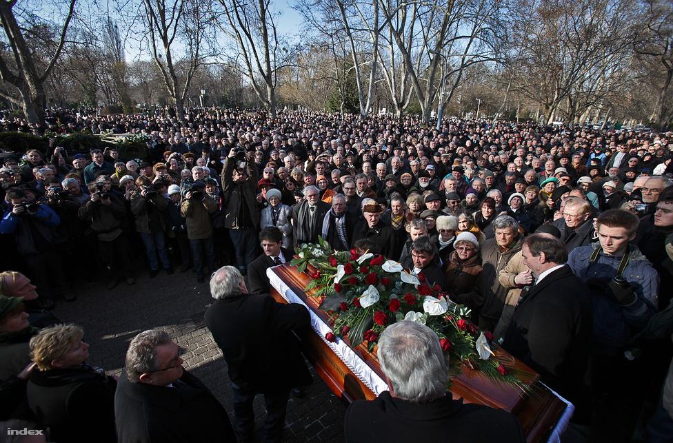 Meghalt Csurka István. Budapesten a Fiumei úti Nemzeti Sírkertben vettek végső búcsút a 78 éves korában elhunyt politikustól. (Február 18.)