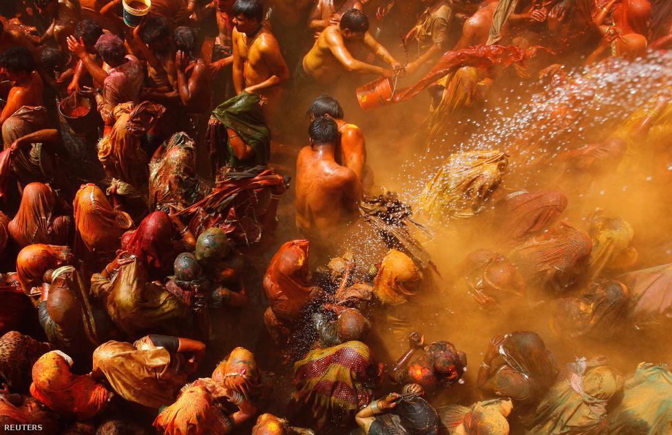 Férjeiket ütik indiai asszonyok a Huranga ünnepen, a színek fesztiváljaként ismert Holi utáni első napon. (Február 3.)