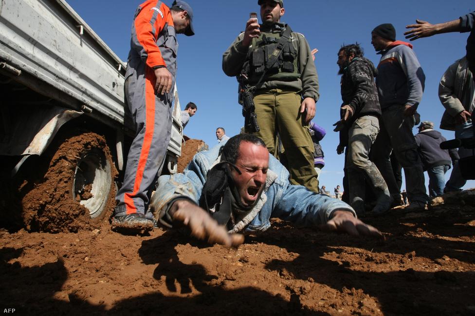 Palesztin építőmunkások sztrájkja Hebronban. Izrael katonákat vezérelt egy illegális építkezéshez a megszállás alatt álló al-Diratba, hogy leállítsák a palesztin házak építését az izraeli területen. Az egyik munkás az izraeli terepjárók elé feküdve próbálta megállásra bírni a katonákat. Egész évben feszült maradt a helyzet Izrael és Palesztina között, az év végéig a két ország közel ezer rakétát lőtt ki másikra. (Január 25.)