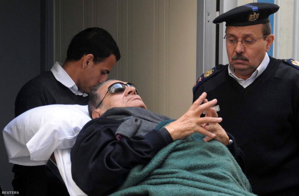 Hoszni Mubarak egyiptomi elnököt kórházi ágyon fekve tolták be a bíróságra, ahová békés tüntetők elleni erőszakért, illetve korrupció vádjával idézték be. A lemondott elnök első kihallgatása alatt kapott szívrohamot, melyből orvosai szerint hamar felépült, ennek ellenére a tárgyalásokon mindig így jelent meg. (Január 2.)