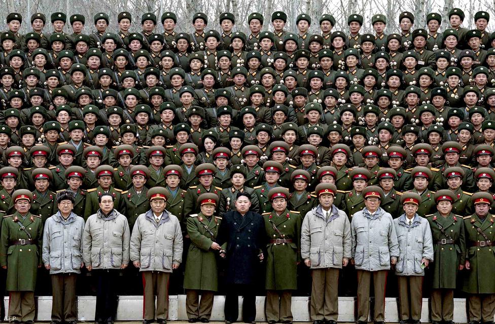 Az új észak-koreai vezető Kim Dzsongun pózol a Koreai Néphadsereg válogatott katonáival. A hadsereg főparancsnoki címe mellé ő lett a párt első titkára is, a pozíciót azért hozták létre, hogy halott apja örökös főtitkár maradhasson, ne kelljen fiának átvennie a címet. Kim Dzsongun apja nagy utódja kíván lenni. (Január 1.)