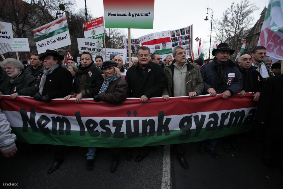 Az első békemenet január végén. Százezer fős tömeg vonult végig a Hősök terétől a Kossuth térig, hogy kiálljon a kormány és Orbán Viktor mellett. A kezdeti sikeren felbuzdulva idénmég két alkalommal indult hasonló menet, március 15-én és október 23-án. (Január  21.)
