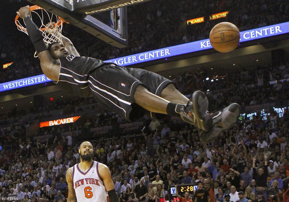 LeBron James, a Miami Heat játékosa zsákol a New York Knicks elleni mérkőzésen február 23-án. James idén bajnok lett a Miamival és a legértékesebb játékos címet is (MVP) elnyerte.