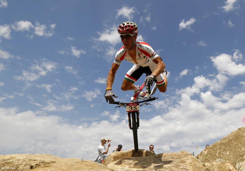 Parti András biciklista bukása a hegyikerékpárosok olimpiai versenyén a Hadleigh Farm-pályán,  augusztus 12-én.