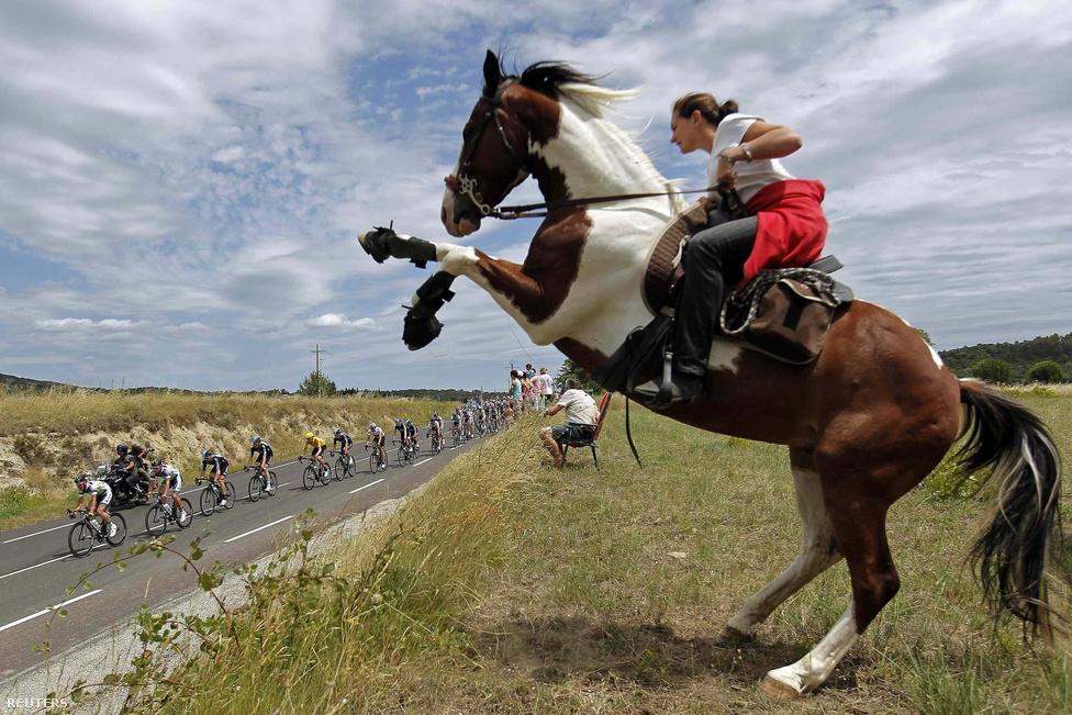 Lóval érkezett egy néző a 99. Tour de France 13. szakaszára, július 14-én.