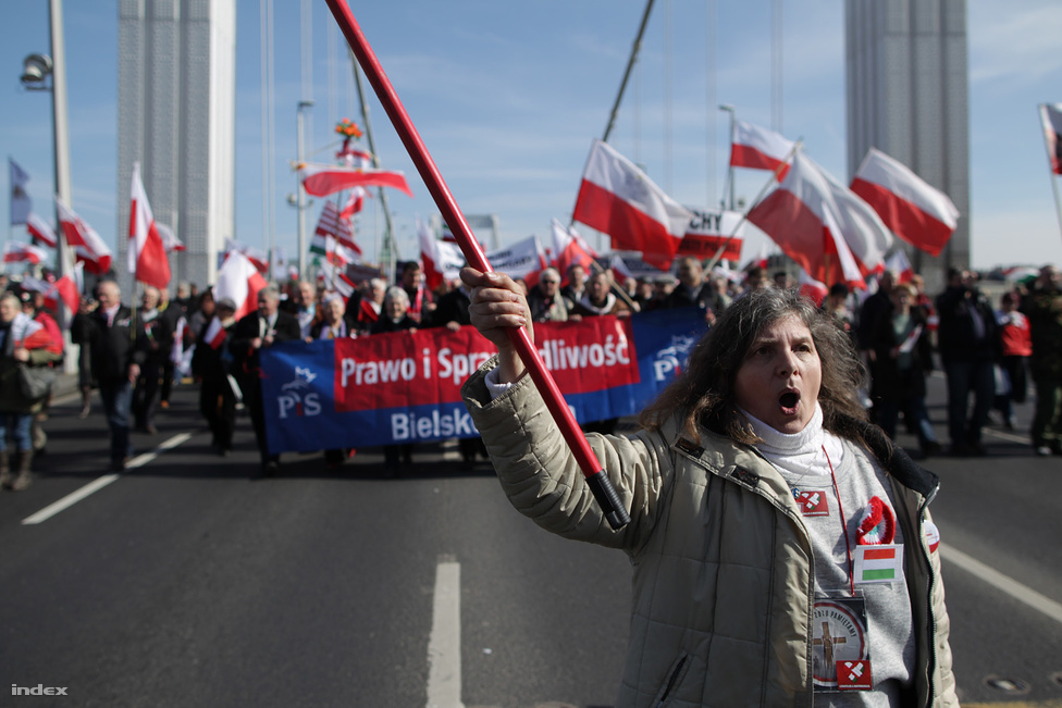 Lengyel felvonulók az Erzsébet hídon. Több ezer lengyel szimpatizánst hívott Budapestre a Gazeta Polska című jobboldali hetilap  március 15-én, hogy a Békemenet résztvevőiként kifejezzék rokonszenvüket az Orbán-kormány iránt.