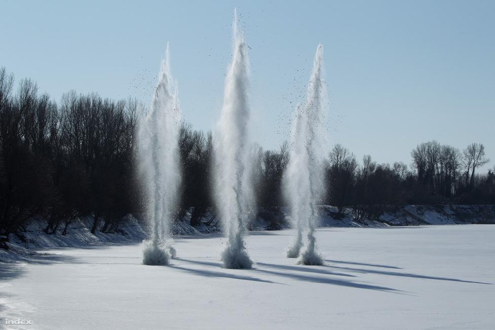 Jégrobbantás a Tiszán. Honvédségi gyakorlat, ahol azt próbálták el, hogyan kell utat robbantani a jégen, hogy a hadsereg átkelhessen a befagyott folyón. A magyar katonák Tél Tábornok felett aratott győzelmét láthatják. (Február)